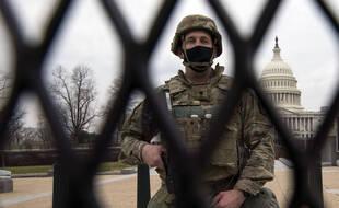 Un soldat de la garde nationale devant le Capitole de Washington, le 15 janvier 2021.