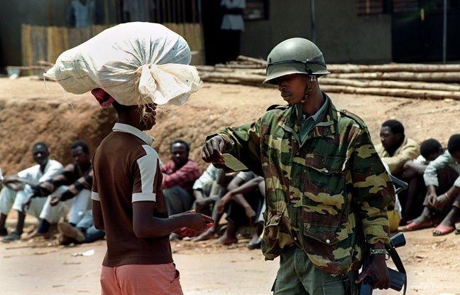 Un soldat du gouvernement rwandais vérifie l'identité d'un passant en octobre 1990 à Kigali, au Rwanda.