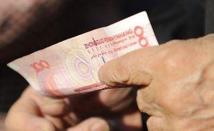 La monnaie chinoise a atteint vendredi son plus haut niveau face au dollar, ce qui pourrait être une réponse aux pressions des Etats-Unis, qui jugent le yuan sous-évalué, et un signe de confiance dans la croissance chinoise, selon les analystes.