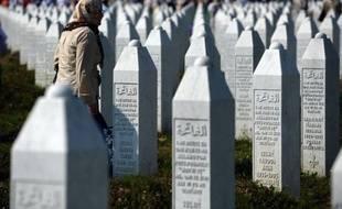 """Un """"génocide"""" a bien eu lieu à Srebrenica en Bosnie en 1995, a rappelé lundi la Commission européenne, en dénonçant les tentatives de """"réécriture de l'Histoire"""" après des propos du nouveau président serbe, Tomislav Nikolic."""