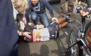 Le Suisse Fabian Cancellara, qui a chuté lourdement dimanche dans le Tour des Flandres, souffre d'une triple fracture de la clavicule droite, a annoncé son équipe RadioShack.