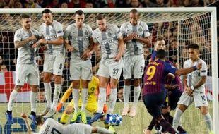Le joueur de l'Inter Milan Brozovic a trouvé la parade contre les coups francs tirés à ras de terre.