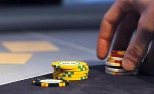 Le parieur sportif, 28 ans, habite les Bouches-du-Rhône et mise sur le football; le turfiste, 45 ans, vit en Mayenne et parie sur le trot; le joueur de poker, 31 ans, est parisien et mise en tournoi: l'Autorité de régulation des jeux en ligne tire le portrait des joueurs en ligne.