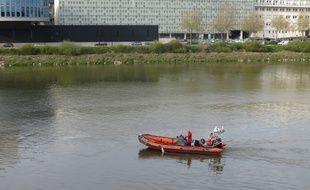 A Nantes, le 9 avril 2015- Les pompiers plongeurs interviennent sur la Loire pour un homme tombe dans le fleuve (illustration)
