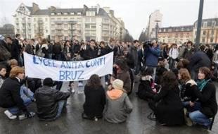 Plusieurs milliers de lycéens ont manifesté à nouveau vendredi matin dans de nombreuses villes de l'ouest, notamment à Rennes, contre le projet de réforme des lycées, donnant lieu à quelques incident à Brest et Nantes, selon les autorités.