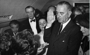 La prestation de serment de Lyndon Johnson peu après l'assassinat de JFK.