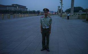 Un membre chinois des forces de l'ordre, le 4 juin 2015 sur la place Tiananmen, à Pékin