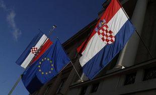 Les drapeaux croate et européen.