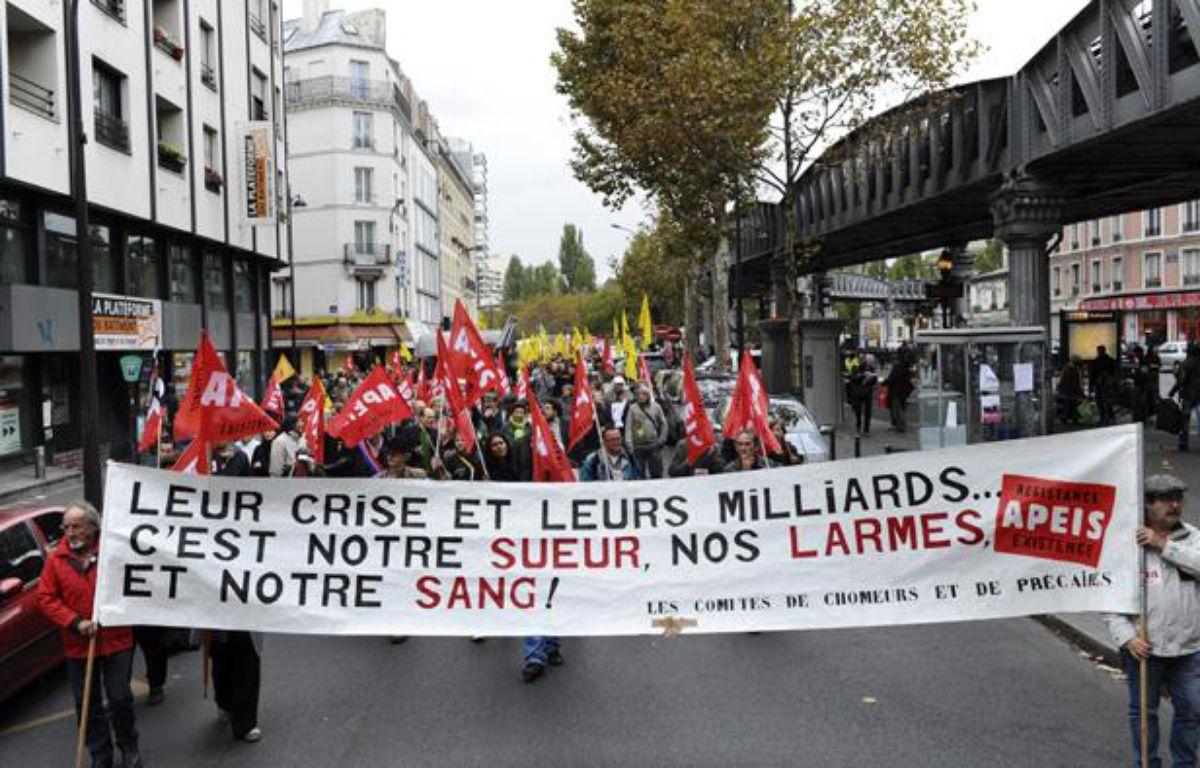 Des personnes défilent à l'appel d'associations de chômeurs et de lutte contre la précarité pour dénoncer les politiques d'austérité du gouvernement, le 8 octobre 2011 à Paris. – M.MEDINA / AFP