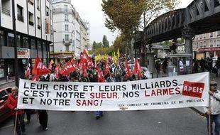 Des personnes défilent à l'appel d'associations de chômeurs et de lutte contre la précarité pour dénoncer les politiques d'austérité du gouvernement, le 8 octobre 2011 à Paris.