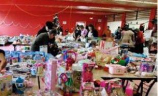 Certaines associations organisent des collectes de jouets neufs pour les fêtes.