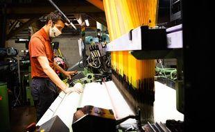 Les Tissages de Charlieu, spécialisés dans la confection de tissus jacquard réalise depuis dix jours des masques en tissu pour aider face à la pénurie immense de masques observée en France.