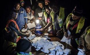 Des observateurs contrôlent le comptage des voix, le 30 juillet 2018 dans la banlieue d'Harare.