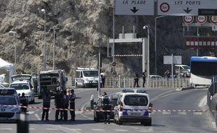 Les enquêteurs peu après l'arrestation de la fourgonnette à Marseille le 21 août 2017.