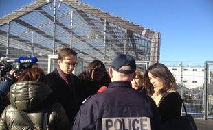 Les députés LREM Pacôme Rupin, Laëtitia Avia, Emilie Chalas et Paula Forteza discutent avec un policier dans le centre de rétention administrative de Paris Vincennes, le 12 février 2018.