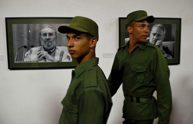 Des soldats cubains visitant une exposition consacré à Fidel castro le 12 août 2016 à La Havane.