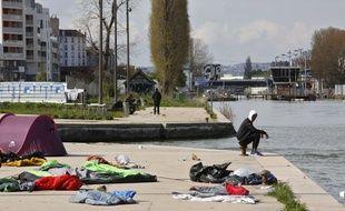 Un migrant le long du Canal Saint Denis, le 13 avril 2018. AP Photo/Thibault Camus