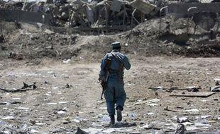 Un membre de la police afghane inspecte le site d'un attentat suicide près de Kaboul, en août 2016.