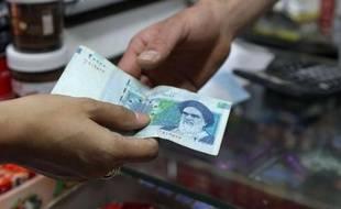 La dégringolade de la monnaie iranienne, le rial, s'est accélérée lundi avec une chute d'environ 17% en une journée, celui-ci atteignant son niveau historique le plus bas, résultat d'une pénurie de devises fortes en raison des sanctions occidentales.