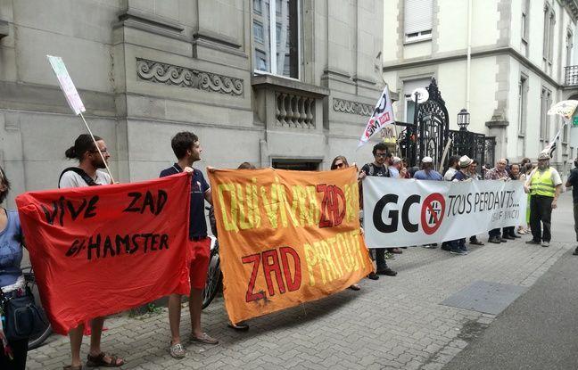Avec banderoles et drapeaux, près d'une centaine d'opposants au projet autoroutier de Grand contournement Ouest de Strasbourg (GCO) se sont rassemblés devant le tribunal administratif de Strasbourg ce lundi.
