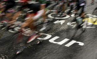 Les cyclistes en pleine compétition lors de la 102 ème édition du Tour de France, le 26 juillet 2015 entre Sèvres et Paris
