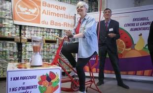 Une bénévole de la Banque alimentaire du Bas-Rhin teste le vélo mixeur.