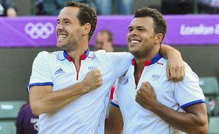 Michael Llodra et Jo-Wilfried Tsonga après leur victoire en demi-finale des Jeux Olympiques contre les Espagnols Ferrer et Lopez, le 3 août 2012, à Londres.