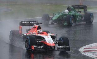 Jules Bianchi (g) au volant de sa Marussia avant son terrible accident sur la piste détrempée du circuit de Suzuka au Grand Prix du Japon, le 5 octobre 2014