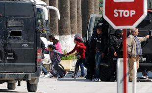 Des touristes sont évacués par les forces spéciales tunisiennes après l'attaque contre le musée du Bardo, à Tunis, le 18 mars 2015