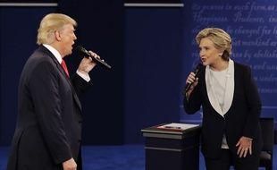 Donald Trump face à Hillary Clinton lors du second débat présidentiel, le 9 octobre 2016.