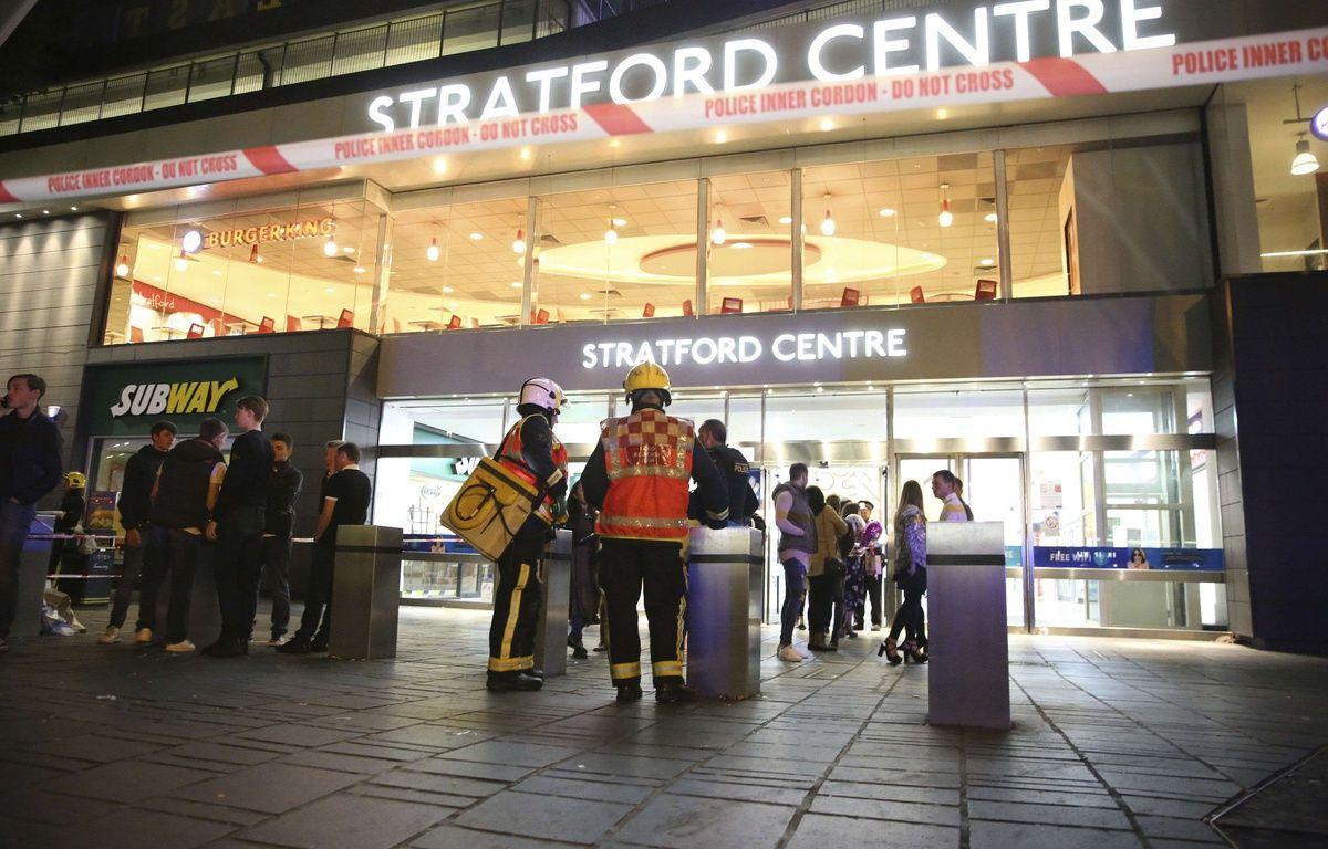 Les services de secours devant le Stratford Center, à Londres, après une attaque à l'acide, le 23 septembre 2017. – AP/SIPA