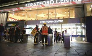 Les services de secours devant le Stratford Center, à Londres, après une attaque à l'acide, le 23 septembre 2017.