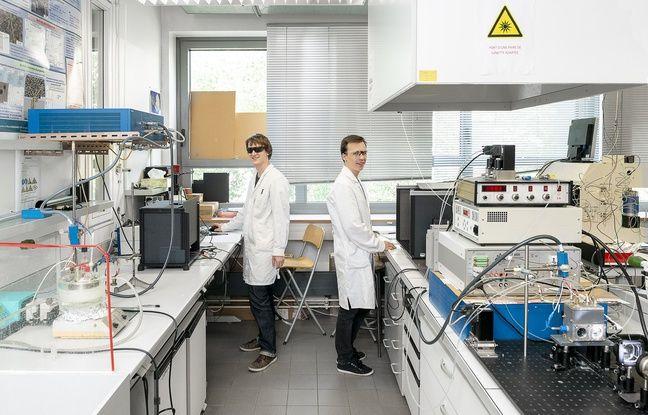 Florian Gelb (à gauche) avec un autre doctorant de l'équipe photocatalyse du laboratoire strasbourgeois de l'Institut de chimie et procédés pour l'énergie, l'environnement et la santé.