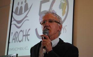 Jean-Pierre Crémieux, cofondateur de L'Arche, est le premier handicapé mental à recevoir la Légion d'honneur.