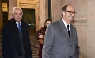 Eric Woerth (D) et son avocat Jean-Yves Le Borgne à leur arrivée le 23 février 2015 au palais de justice à Bordeaux
