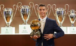 Cristiano Ronaldo recevant son quatrième Ballon d'Or