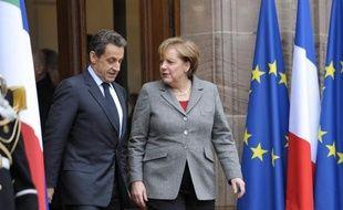 Nicolas Sarkozy reçoit lundi la chancelière allemande Angela Merkel pour un déjeuner de travail à l'Elysée, ouvrant une nouvelle semaine de tous les dangers pour la zone euro, dont les dirigeants tentent toujours d'éteindre l'incendie de la crise de la dette.