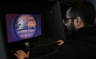 Un homme teste le nouveau jeu vidéo lancé par le Hezbollah, le 28 février 2018 à Beyrouth.