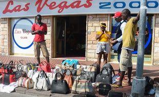 Vintimille, le 31 août 2018. Tous les vendredis, des centaines de Francais traversent la frontiere italienne pour se rendre au célèbre marché de Vintimille, où se retrouvent des objets de contrefacon.