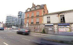 Les fenêtres murées font tâche devant l'immeuble imaginé par Jean Nouvel.