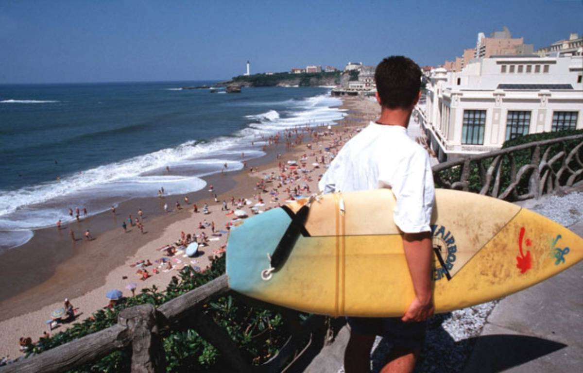 Surfeur à Biarritz, illustration – DAZAY/SIPA