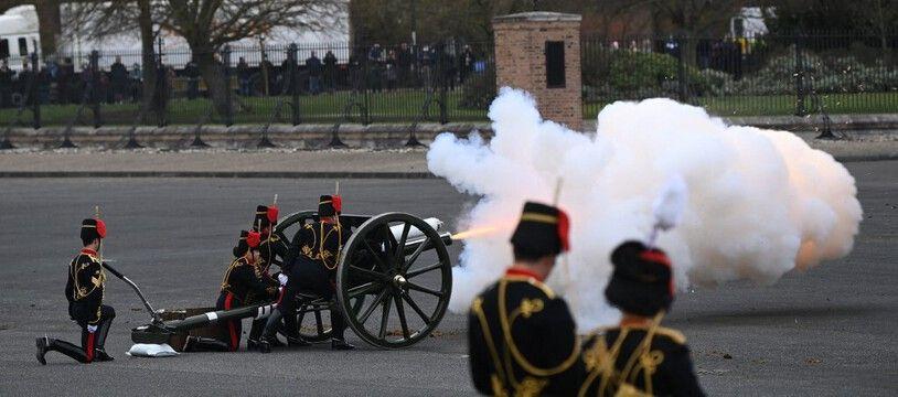 Des salves de coups de canon ont été tirés ce samedi 10 avril 2021, en hommage au prince Philip décédé la veille à 99 ans.
