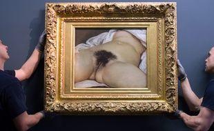 La toile «L'Origine du monde» lors d'un accrochage pour une exposition temporaire au musée Gustave-Courbet en 2014.