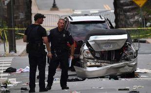 Des policiers près du site où une voiture a percuté des manifestants à Charlottesville (Etats-Unis), le 12 août 2017, tuant une personne.