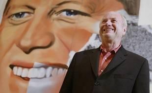 James Rosenquist en 2004 devant sa toile «President Elect», au musée Guggenheim de Bilbao (Espagne), qui lui consacrait alors une exposition.