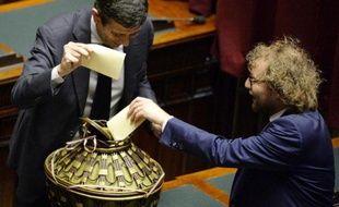 Le ministre des Transports, Maurizio Lupi (g) vote pour l'élection du président de la République, le 30 janvier 2014, au Parlement à Rome