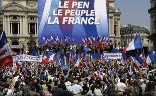 """""""L'islam hors d'Europe"""", """"Les Françaises aux Français"""": si crânes rasés et treillis se font plus discrets au sein du défilé du Front national pour Jeanne d'Arc, certains slogans ont la vie dure parmi des militants très réticents à voter dimanche au second tour de la présidentielle."""