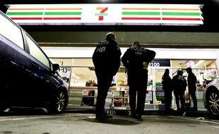 Des agents américains de l'immigration effectuent un contrôle dans une épicerie 7-Eleven de Los Angeles, le 10 janvier 2018.