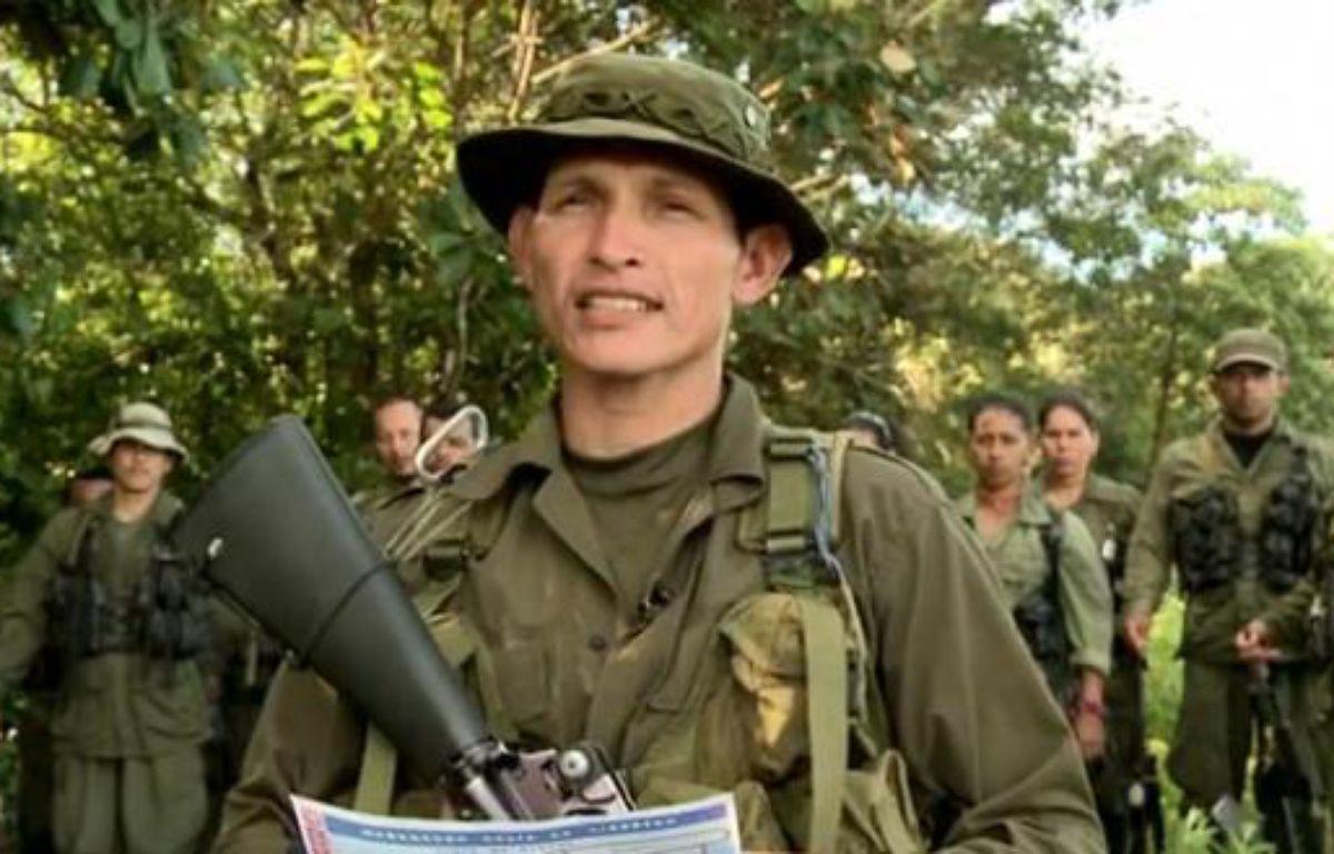 Un soldat du Front 15, des Farc, lit une déclaration, le 5 mai 2012, affirmant que le groupe détient le journaliste de France 24 Roméo Langlois. – DR