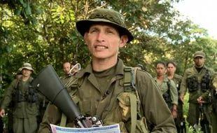 Un soldat du Front 15, des Farc, lit une déclaration, le 5 mai 2012, affirmant que le groupe détient le journaliste de France 24 Roméo Langlois.